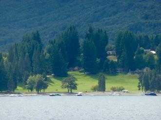 Club social al borde del lago